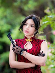 Фото Азиаты Платье Размытый фон Рука Перчатки Брюнетка Милая Взгляд Девушки
