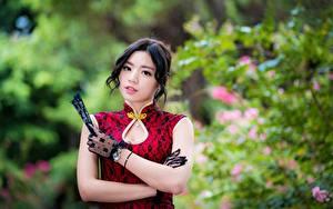 Фото Азиаты Платье Размытый фон Рука Перчатки Брюнетка Милая Взгляд