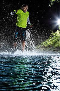 Обои Мужчины Вода Ночные Бег С брызгами Спорт