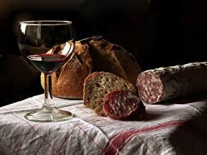 Фотографии Колбаса Хлеб Вино Бокал На черном фоне Еда
