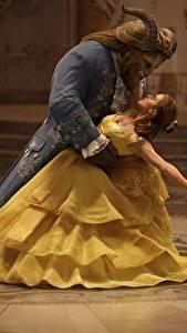 Обои Красавица и чудовище 2017 Эмма Уотсон Монстр Вдвоем Танцы Платье Dan Stevens Фильмы Знаменитости Девушки