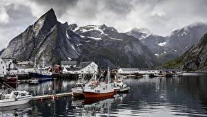 Фото Норвегия Пристань Озеро Горы Катера Скала Reine, Lofoten Islands