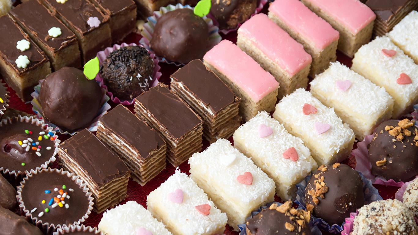 Обои для рабочего стола Шоколад Конфеты Продукты питания Пирожное Сладости 1366x768 Еда Пища сладкая еда
