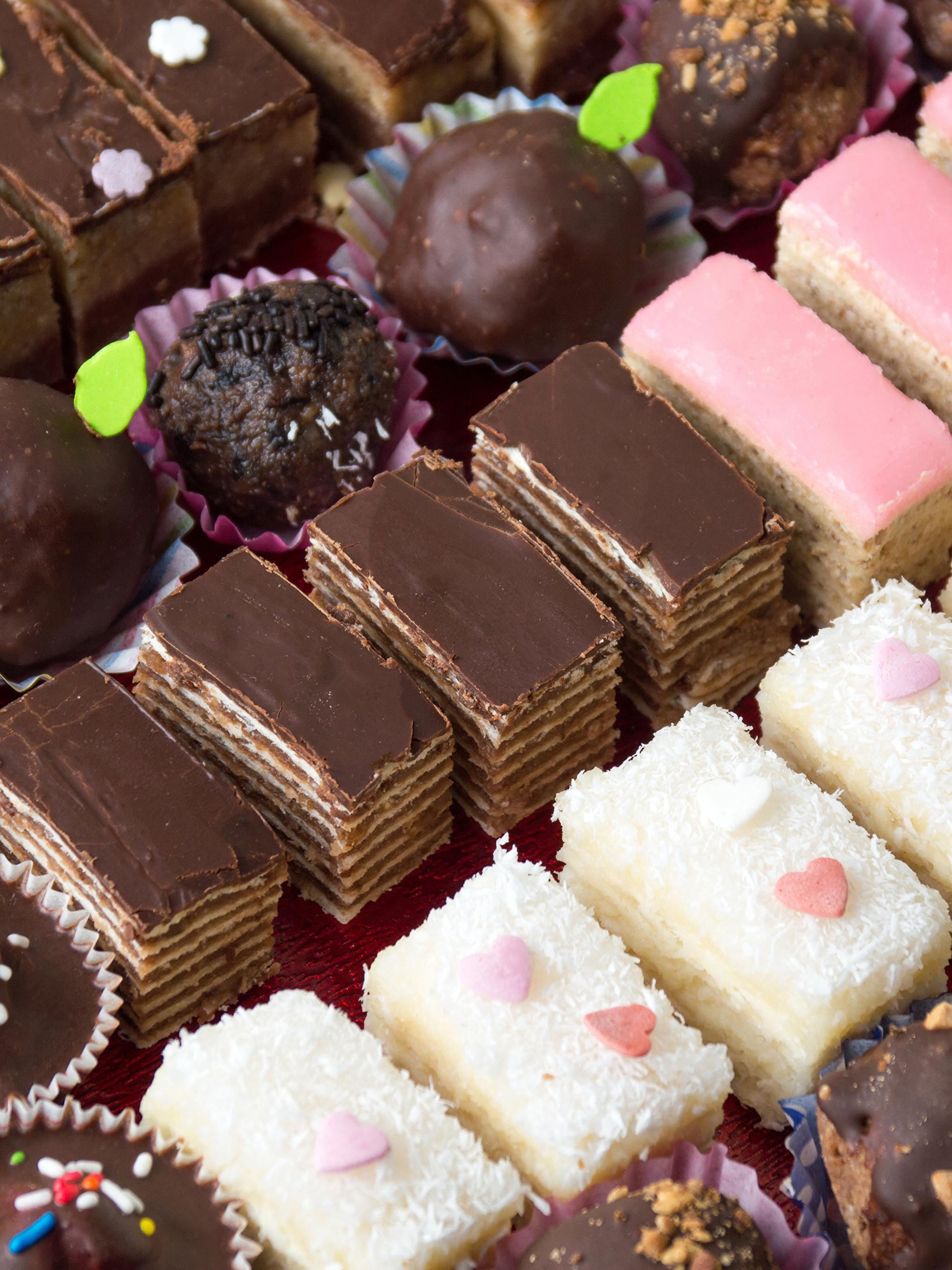 Обои Шоколад Конфеты Еда Пирожное Сладости 2048x2732 Пища Продукты питания