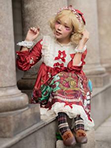 Фотография Азиатки Блондинки Сидящие Платья Боке