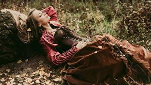 Фото Шатенка Платье Корсет Лежа молодая женщина