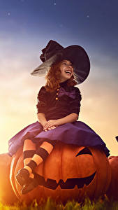 Фото Хеллоуин Тыква Вечер Ведьма Девочки Шляпа Сидящие Смех Ребёнок