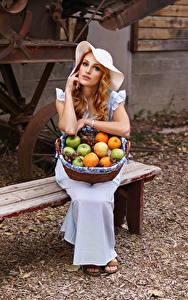 Фотография Фрукты Скамья Платье Сидя Шляпа Корзинка девушка
