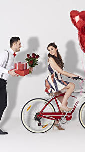 Картинка День всех влюблённых Мужчины Розы Вдвоем Шатенка Велосипед Подарки Воздушный шарик Сердце Девушки