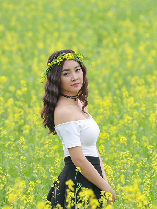 Фото Рапс Венок Девушки Поля азиатка 600x800 для мобильного телефона венком девушка молодые женщины молодая женщина Азиаты азиатки