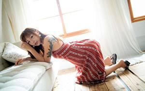 Обои Азиатка Позирует Платья Татуировки Диван Подушка Шатенки Девушки