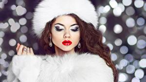 Картинка Зимние Шатенка Мейкап Меховая одежда Серьги Девушки