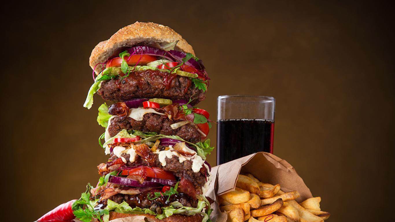 Обои Гамбургер Картофель фри Стакан Быстрое питание Продукты питания Напитки 1366x768 стакана стакане Фастфуд Еда Пища
