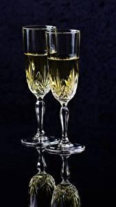 Фотография Шампанское Черный фон Бокал Двое Еда