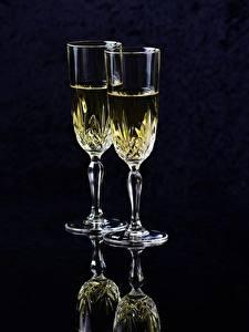Фотография Шампанское Черный фон Бокалы Двое Еда