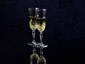 Обои для рабочего стола Шампанское Черный фон Бокал Двое Еда