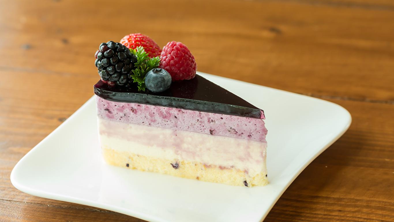 Фотографии Торты Кусок Десерт Еда Ягоды Тарелка 1366x768 часть кусочки кусочек Пища тарелке Продукты питания