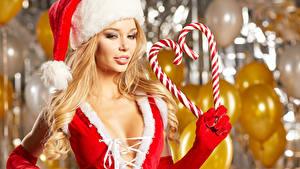 Картинка Новый год Сладкая еда Блондинка Шапка Сердце Перчатки молодая женщина