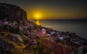 Фотографии Греция Дома Рассветы и закаты Море Утес Солнце Крыша Monemvasia город