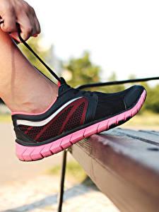 Картинки Крупным планом Кроссовки Ноги Скамейка Шнурки Спорт