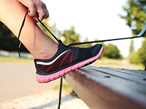 Картинки Крупным планом Кроссовки Ноги Скамейка Шнурки спортивная