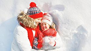 Картинки Мать Зимние 2 Девочки Улыбка Шапки Шарф Снег Ребёнок Девушки