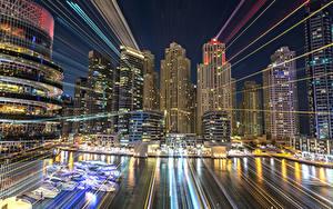 Картинки ОАЭ Дубай Здания Небоскребы Пирсы Ночь Лучи света