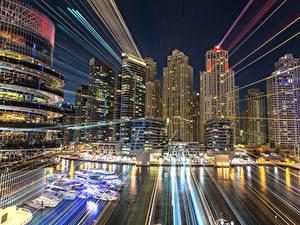 Картинки ОАЭ Дубай Здания Небоскребы Пирсы Ночь Лучи света Города