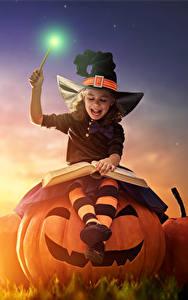 Картинки Праздники Хеллоуин Тыква Ведьма Девочки Ночные Луна Улыбка Книга Ребёнок
