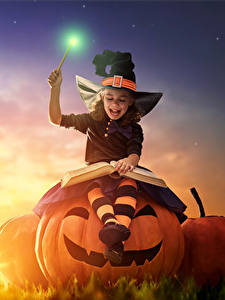 Картинки Праздники Хеллоуин Тыква Ведьма Девочка Ночные Луна Улыбается Книга ребёнок