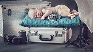 Картинка Младенцы Спят Чемодан Фотокамера Дети