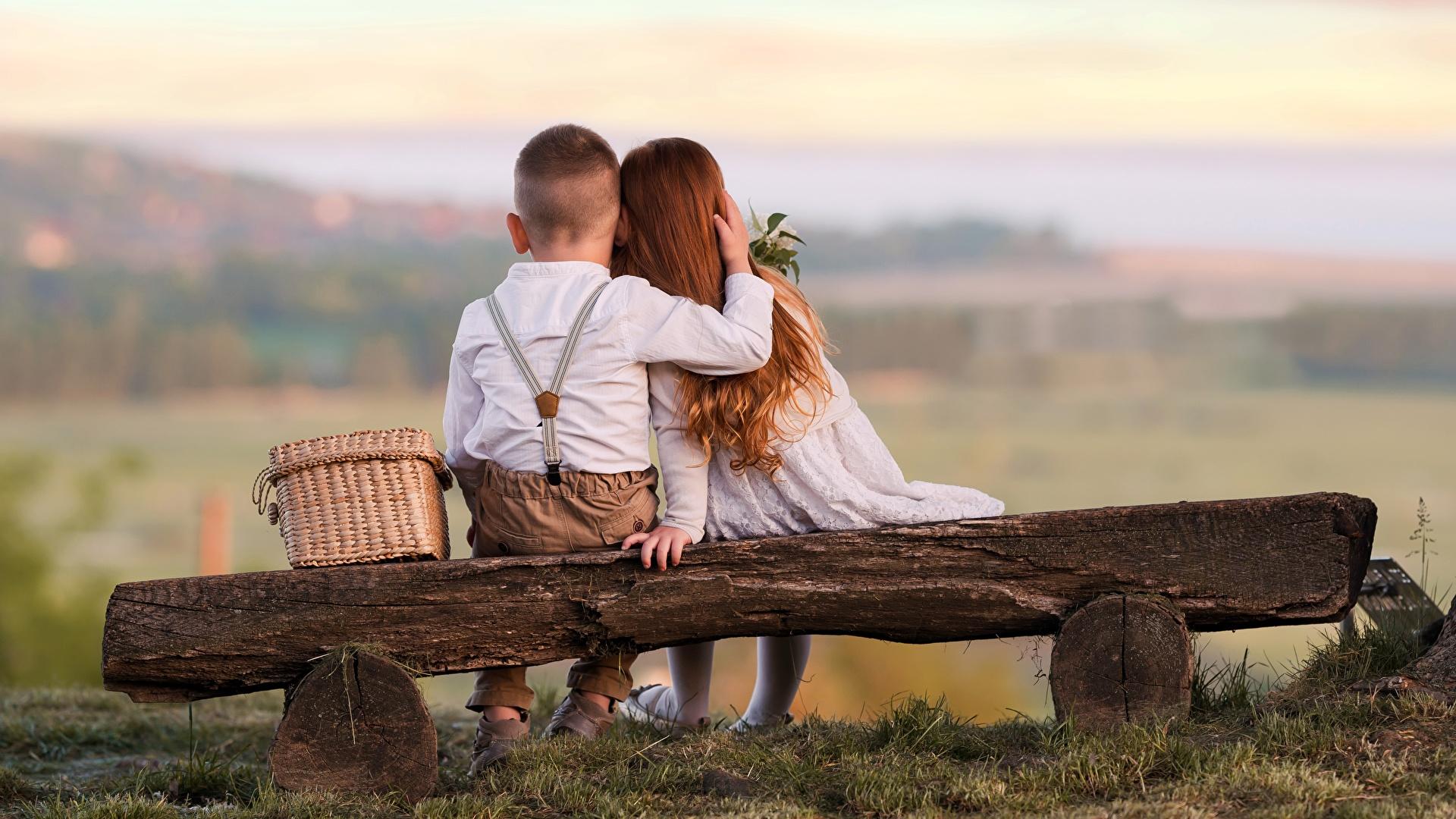 Фотография Девочки Мальчики Ребёнок Двое Любовь Объятие вид Скамья сидящие 1920x1080 Дети 2 вдвоем Сидит Сзади Скамейка