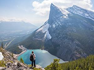 Фотография Гора Озеро Канада Мужчины Пейзаж Утес Снега Canadian Rocky Mountains
