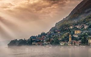 Картинки Италия Дома Озеро Горы Тумана Colonno Lago di Como Города