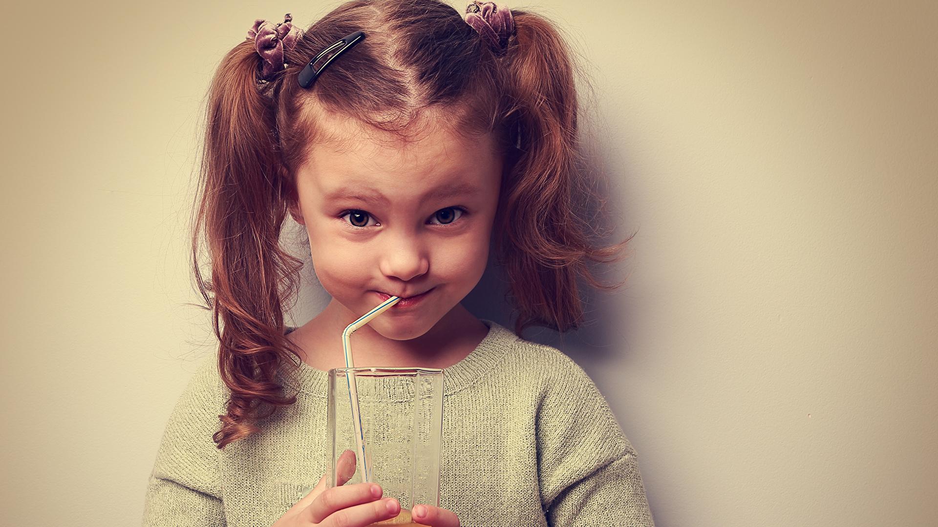 Фото Девочки Улыбка Дети Сок Стакан Руки Цветной фон 1920x1080 девочка улыбается ребёнок стакана стакане рука