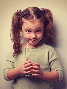 Фото Сок Цветной фон Девочки Улыбка Стакан Руки Дети