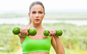 Картинки Фитнес Гантели Тренировка Лицо Взгляд Девушки Спорт