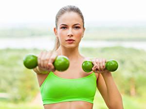 Картинки Фитнес Гантель Тренировка Лица Взгляд Девушки Спорт