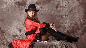 Обои Kleofia model Шатенка Шляпа Сидит Платье Взгляд молодые женщины
