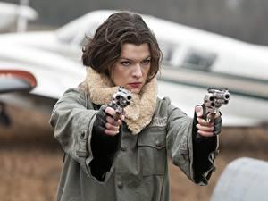 Фотографии Milla Jovovich Пистолеты Обитель зла 4: Жизнь после смерти Револьвер Куртка Шатенка Знаменитости Девушки