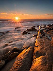 Картинка Болгария Пейзаж Рассветы и закаты Море Берег Камень Лучи света Tulenovo