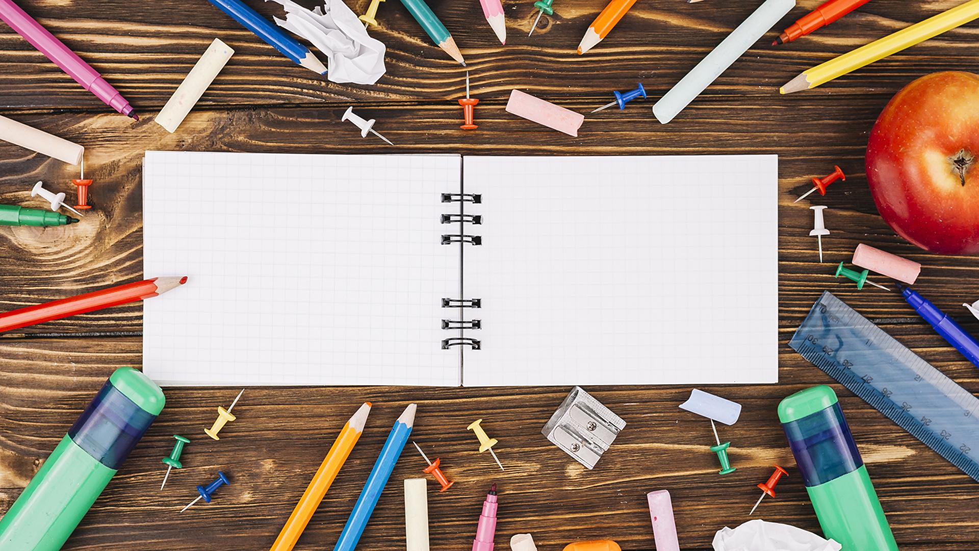 Фото Канцелярские товары школьные карандаш Тетрадь Доски 1920x1080 Школа Карандаши карандаша карандашей