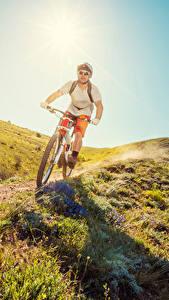 Обои Мужчина Велосипед Очков Траве Тропа спортивный