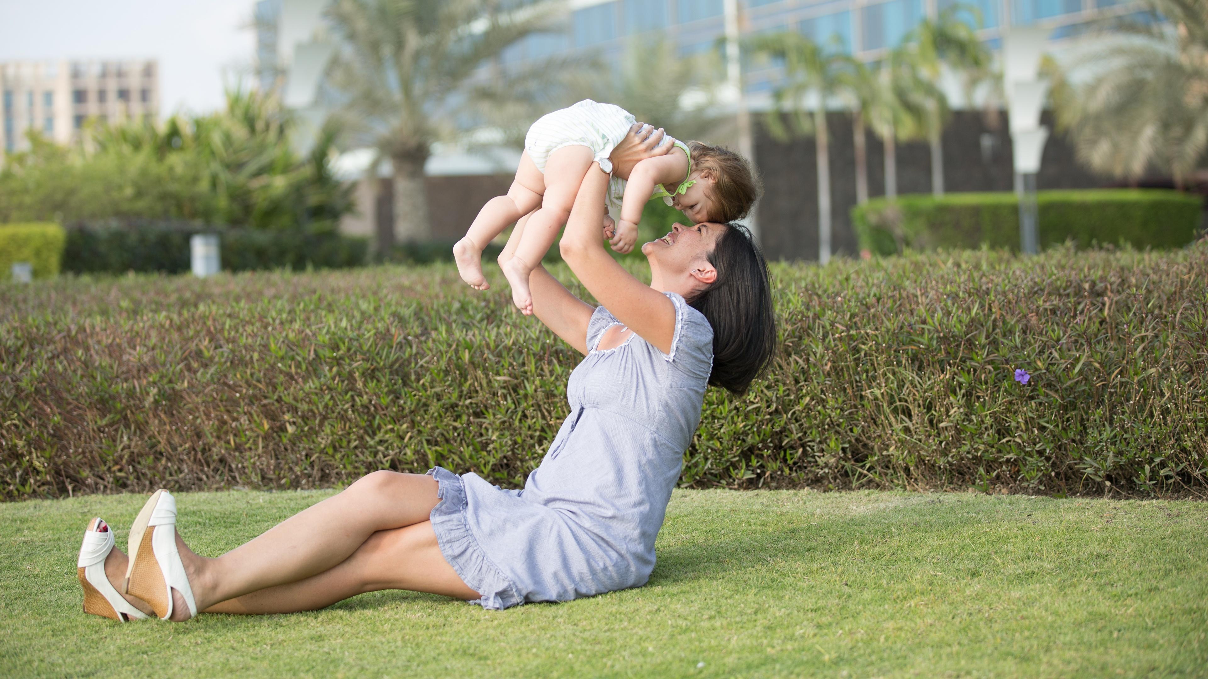 Фотографии грудной ребёнок брюнетки Мать Дети Лето Любовь Сидит 3840x2160 младенца младенец Младенцы брюнеток Брюнетка Мама ребёнок сидя сидящие