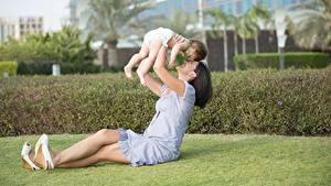 Фотографии Лето Любовь Мама Брюнетка Сидит Младенцы Ребёнок
