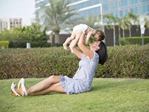 Фотографии Лето Любовь Мама Брюнетки Сидит Младенцы ребёнок