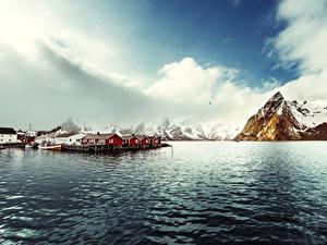 Фотография Норвегия Лофотенские острова Горы Здания Пирсы Залив Reine Природа