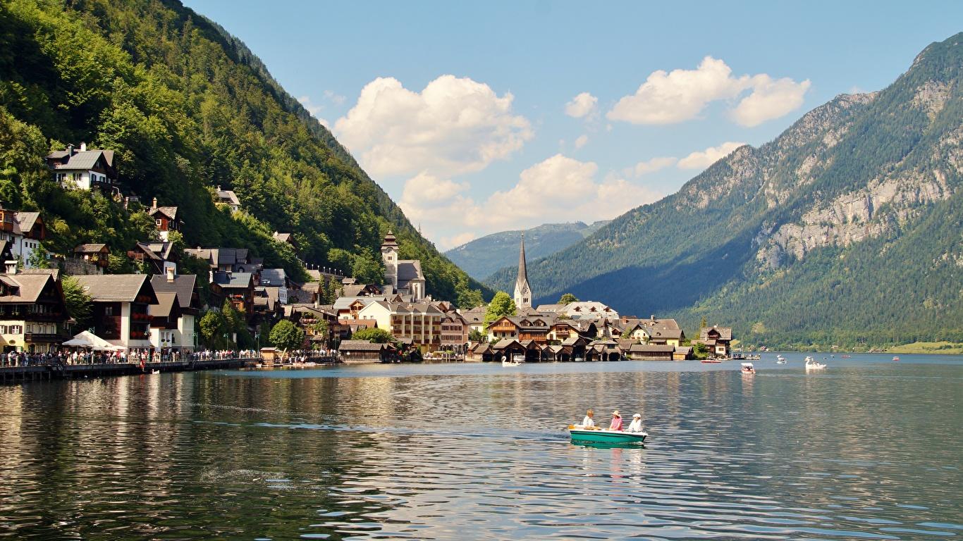Фотографии Халльштатт альп Австрия Gmunden County гора Природа Озеро Лодки Причалы Дома город 1366x768 Альпы Горы Пирсы Пристань Города Здания