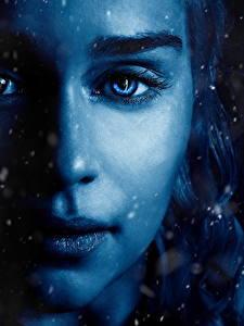 Обои Игра престолов (телесериал) Вблизи Дейенерис Таргариен Эмилия Кларк Глаза Лицо Красивые Нос Кино Девушки Знаменитости
