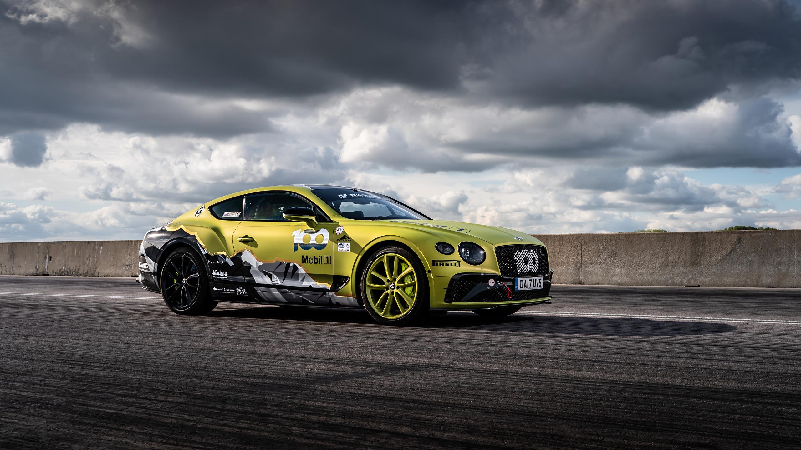 Обои для рабочего стола Бентли Continental GT Pikes Peak, 2019 Сбоку машины Облака 2560x1440 Bentley авто машина Автомобили автомобиль облако облачно